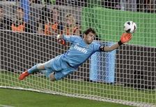 El capitán y guardameta del Real Madrid, Iker Casillas, apoyó a José Mourinho después de que el entrenador portugués recibiera los pitos de una parte de la afición del Bernabéu en el partido de Copa del Rey del martes. En la imagen, Casillas realiza una estirada para tratar de desviar un disparo en el Camp Nou el pasado 7 de octubre. REUTERS/Gustau Nacarino