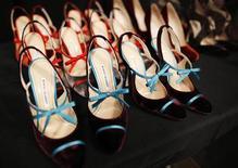 """El diseñador español Manolo Blahnik recibió el miércoles el Premio Nacional de Moda 2012, que reconoce al creador de la famosa marca de zapatos """"Manolo"""", informó el jueves el Ministerio de Cultura. En la imagen de archivo, zapatos diseñados por Manolo Blahnik son expuestos en la Semana de la Moda de Nueva York en 2011. REUTERS/Brendan McDermid"""
