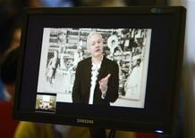 El fundador de WikiLeaks Julian Assange sufre un problema crónico a los pulmones que podría agravarse y es atendido regularmente por médicos, dijo el miércoles la embajadora de Ecuador en Reino Unido. Imagen de Assange en una teleconferencia desde la embajada ecuatoriana en Londres visto en una rueda de prensa en Bruselas el 27 de noviembre. REUTERS/Eric Vidal