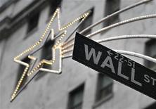 """Уличный указатель на Уолл-стрит в Нью-Йорке 27 ноября 2012 года. Американские акции выросли в среду благодаря словам спикера Палаты представителей республиканца Джона Бейнера о возможности компромисса в переговорах по """"бюджетному обрыву"""". REUTERS/Brendan McDermid"""