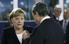 Канцлер Германии Ангела Меркель разговаривает с президентом ЕЦБ Марио Драги перед началом встречи в рамках саммита G20 в Каннах 4 ноября 2011 года. Европейский центробанк в среду выставил условия, на которых станет панъевропейским банковским контролером, и сказал, что будет охватывать все банки, которые вступят в планируемый банковский союз, разойдясь во мнениях с Германией. REUTERS/Chris Ratcliffe/pool