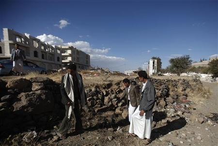 People inspect the site of a shooting attack on a Saudi diplomat in Sanaa November 28, 2012. REUTERS/Khaled Abdullah