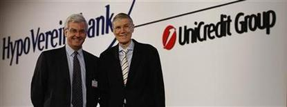 UniCredit, Chief Executive Alessandro Profumo (L) and his HVB counterpart, Wolfgang Sprissler pose for the media before the HVB's annual shareholder meeting in Munich June 26, 2007. REUTERS/Michael Dalder