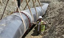 Рабочий на строительстве газопровода под чешским городом Пльзень 7 июня 2012 года. Азербайджан не видит альтернативы поставкам основной части газа с месторождения Шах-Дениз в Европу, где, как он надеется, потребление газа будет расти за счет ограничений на ядерную энергетику, сказал директор по экспорту госнефтекомпании ГНКАР Камаль Аббасов. REUTERS/David W Cerny