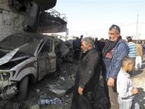 Varias bombas que estallaron el jueves en dos ciudades de mayoría chií en el sur de Irak mataron a 28 personas, dijeron fuentes policiales y hospitalarias. En la imagen, varios residentess reunidos en el lugar del atentado en Hilla el 29 de noviembre de 2012. REUTERS/Habib