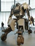 """Como muchos japoneses, Kogoro Kurata creció viendo robots futuristas en películas y dibujos animados, deseando poder darles vida y dirigirlos él mismo. A diferencia de la mayoría de los japoneses, él lo ha conseguido. En la imagen, un hombre mira al robot gigante """"Kuratas"""" en una exposición en Tokio, 28 de noviembre de 2012. REUTERS/Kim Kyung-Hoon"""
