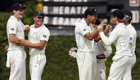 New Zealand's captain Ross Taylor (3rd R) celebrates with team mates after taking the wicket of Sri Lanka's Suraj Randiv during the final day of second and final test cricket match in Colombo, November 29, 2012. REUTERS/Dinuka Liyanawatte