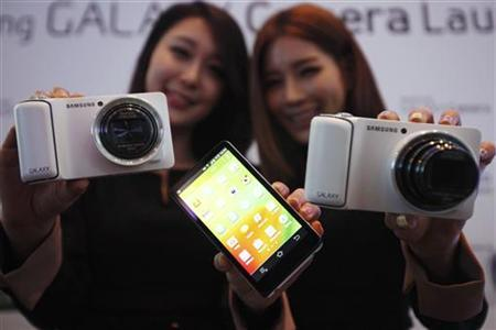 Models pose with sets of Samsung Electronics' Galaxy Camera during its launch event at the company's headquarters in Seoul November 29, 2012. REUTERS/Kim Hong-Ji