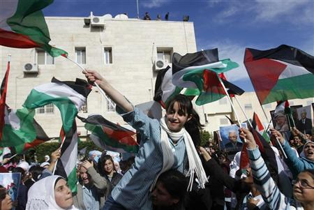 Palestinians wave flags during a rally in support of President Mahmoud Abbas' efforts to secure a diplomatic upgrade at the United Nations, in the West Bank city of Ramallah November 25, 2012. REUTERS/Mohamad Torokman