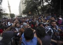 Manifestantes agridem policial durante protesto contra o presidente Mohamed Mursi em frente à embaixada dos Estados Unidos no Cairo. 28/11/2012 REUTERS/Amr Abdallah Dalsh