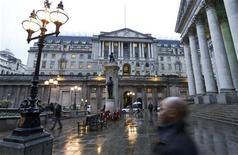 Los bancos británicos podrían no contar con suficiente capital para reservar de cara a crear colchones contra futuros riesgos de los mercados financieros, debido a la evaluación demasiado optimista de los peligros a los que se enfrentan, dijo el Banco de Inglaterra el jueves. En la imagen, una vista general del Banco de Inglaterra en Londres, el 26 de noviembre de 2012. REUTERS/Olivia Harris
