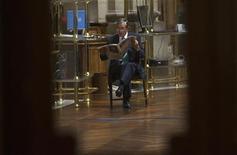 La bolsa española mantenía el jueves a media sesión un tono netamente alcista aprovechando las caídas de precios de las últimas tres sesiones y apoyada en los repuntes de Nueva York por esperanzas de un acuerdo fiscal y en una reducción progresiva de la prima de riesgo. En la imagen, un operador lee un periódico en la Bolsa de Madrid, el 3 de agosto de 2012. REUTERS/Juan Medina