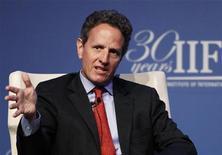 """Secretário do Tesouro dos EUA, Timothy Geithner, fala durante reunião anual do Instituto Financeiro Internacional, em Tóquio. Geithner vai se reunir com líderes parlamentares para discutir uma forma de evitar o """"abismo fiscal"""" no final do ano, em meio a crescentes sinais de nervosismo do mercado com o atual impasse. 11/10/2012 REUTERS/Yuriko Nakao"""