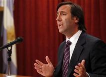 Un tribunal de apelaciones de Estados Unidos concedió el miércoles más tiempo a Argentina para defenderse de la obligación de pagar 1.330 millones de dólares a tenedores de bonos que rechazaron dos reestructuraciones de la deuda que incumplió en 2002. En la imagen, el ministro argentino de Economía, Hernán Lorenzino, en una rueda de prensa en Buenos Aires, el 22 de noviembre de 2012. REUTERS/Marcos Brindicci