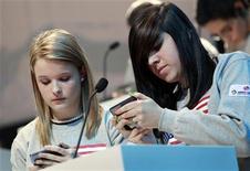Cuando su hijo o hija dicen que están haciendo los deberes en el teléfono, puede que estén diciendo la verdad. En la imagen, Kate Moore (I) y Morgan Dynda, de EEUU, compiten en el Campeonato Mundial de tecleo de mensajes de texto por móviles, en esta foto de archivo del 14 de enero de 2010. REUTERS/Mike Segar