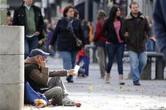 Homem pede dinheiro para pedestres em rua de Berlim, Alemanha. O desemprego na Alemanha subiu pelo oitavo mês seguido em novembro, sugerindo que a demanda doméstica pode não conseguir compensar o enfraquecimento das exportações e impulsionar o crescimento na maior economia da Europa. 09/10/2012 REUTERS/Fabrizio Bensch