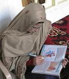Karinat Riaz lê livro após retorno à escola em Mingora, no vale de Swat, no Paquistão.29/11/2012 REUTERS/Hazrat Ali Bacha