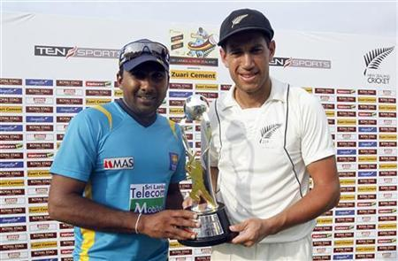 Sri Lanka's captain Mahela Jayawardene (L) and New Zealand's captain Ross Taylor pose with the test series trophy after a draw in their two-match series in Colombo November 29, 2012. REUTERS/Dinuka Liyanawatte