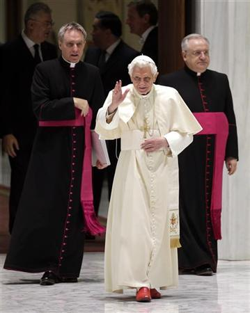 Pope Benedict XVI waves as he arrives to lead the general audience in the Paul VI Hall at the Vatican November 28, 2012. REUTERS/Max Rossi