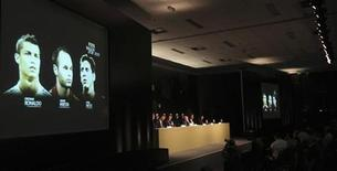 Tela mostra indicados para a Bola de Ouro da Fifa 2012: Cristiano Ronaldo (E) de Portugal, Andres Iniesta, da Espanha, e Lionel Messi, da Argentina, em São Paulo. 29/11/2012 REUTERS/Paulo Whitaker