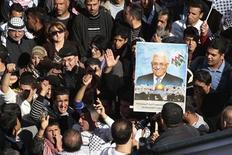 """La votación que tendrá lugar el jueves en la Asamblea General de Naciones Unidas reconociendo un estado palestino no servirá para hacerlo una realidad en la práctica, dijo el primer ministro israelí, Benjamin Netanyahu, """"no importa cuántas manos se levanten en nuestra contra"""". En la imagen, palestinos gritan eslóganes alrededor de un poster con la imagen del presidente Mahmud Abas durante una manifestación en la ciudad cisjordana de Naplús, para apoyar la resolución que cambiaría el estatus de observador de la Autoridad Palestina en la ONU de """"entidad"""" a """"estado no miembro"""", el 29 de noviembre de 2012. REUTERS/Abed Omar Qusini"""