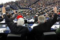 Legisladores europeos propusieron el jueves que los reguladores nacionales mantengan la capacidad de fiscalizar a los bancos más pequeños bajo un nuevo sistema de supervisión para la Unión Europea. En la imagen, miembros del Parlamento Europeo elevan las manos en una sesión de votación en Estrasburgo, el 20 de noviembre de 2012. REUTERS/Vincent Kessler