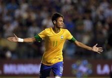 Neymar comemora após marcar gol durante os pênaltis no Super Clássico das Américas contra a Argentina, em Buenos Aires. 21/11/2012 REUTERS/Enrique Marcarian