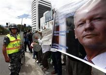 El fundador de WikiLeaks, Julian Assange, restó importancia el jueves a las preocupaciones sobre su salud, diciendo que disfruta de estar en el centro de una disputa legal y diplomática. Imagen de una maniiestación en apoyo de Assange en el exterior de la embajada londinense en lacapital ecuatoriana, Quito, el pasado mes de agosto. REUTERS/Stringer