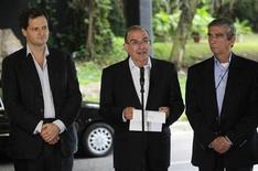 El Gobierno colombiano y las FARC concluyeron el jueves la primera ronda de conversaciones de paz en Cuba, sin que todavía hayan logrado algún acuerdo concreto en el intento por poner fin a medio siglo de conflicto interno. Imagen de la rueda de prensa del negociador jefe del Gobierno colombiano, Humberto de la Calle (centro) al anunciar el final de la primera ronda de diálogo, el 29 de noviembre en La Habana. REUTERS/Enrique De La Osa