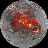 Pese a abrasadoras temperaturas durante el día, Mercurio, el planeta más cercano al Sol, contiene hielo y materiales orgánicos congelados dentro de cráteres permanentemente ensombrecidos en su polo norte, dijeron el jueves científicos de la agencia espacial estadounidense, NASA. Imagen de radar de la región del polo norte de Mercurio adquirida por el Observatorio Arecibo en Puerto Rico superpuesta en un mosaico de imágenes de la misma zona del Mercury MESSENGER en una fotografía facilitada por la NASA el 29 de noviembre. REUTERS/NASA/Handout