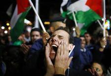 """Palestino grita durante celebração em Ramallah, na Cisjordânia, nesta quinta-feira. A Assembleia Geral da ONU aprovou uma resolução que muda o status observador da Autoridade Palestina de """"entidade"""" para """"Estado não-membro"""". 29/11/2012 REUTERS/Marko Djurica"""
