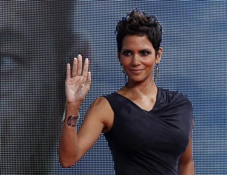 Cast member Halle Berry poses on the red carpet for the premiere of ''Cloud Atlas'' in Berlin November 5, 2012. The movie opens in German cinemas on November 15. REUTERS/Tobias Schwarz