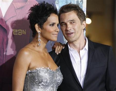 Actress Halle Berry, one of the stars of the new film ''Cloud Atlas'' poses as she arrives with her fiance French actor Olivier Martinez at the film's premiere at Grauman's Chinese theatre in Hollywood, California October 24, 2012. REUTERS/Fred Prouser