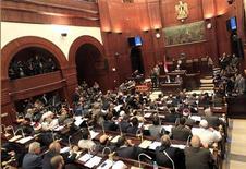 <p>L'assemblée constituante égyptienne dominée par les islamistes a adopté vendredi matin un projet de nouvelle constitution qui sera présenté au président Mohamed Morsi dans la journée pour sa ratification, avant d'être soumis à référendum. /Photo prise le 29 novembre 2012/REUTERS/Mohamed Abd El Ghany</p>