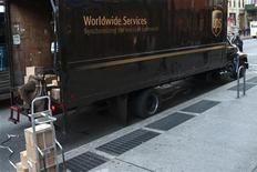 <p>United Parcel Service (UPS) et le groupe néerlandais de messagerie TNT Express ont proposé à la Commission européenne une série de cessions d'actifs ainsi que des concessions dans le domaine du transport aérien, en vue d'obtenir le feu vert de Bruxelles à leur fusion. /Photo prise le 26 novembre 2012/REUTERS/Keith Bedford</p>