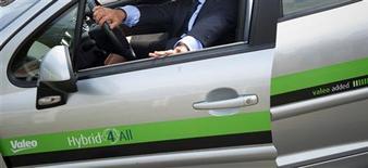 <p>Valeo va céder son activité mécanismes d'accès au groupe japonais U-Shin sur la base d'une valeur d'entreprise de 223 millions d'euros. /Photo prise le 27 juillet 2012/REUTERS/Bertrand Langlosi/Pool</p>