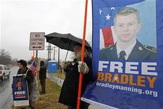 """Un soldado estadounidense que se enfrenta a un tribunal marcial por supuestamente haber divulgado documentos secretos al sitio de Internet WikiLeaks testificó el jueves que fue confinado en una """"jaula"""" en los primeros días después de su detención en el 2010 , y pensó que iba a morir allí. En la imagen, simpatizantes del soldado Bradley Manning protestan durante su prevista vista oral, en las puertas de la base de Fort Meade, en Maryland, el 27 de noviembre de 2012. REUTERS/Jose Luis Magana"""