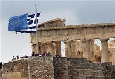 El ministro de Finanzas de Alemania, Wolfgang Schäuble, dijo el viernes que las especulaciones sobre una quita de la deuda griega en manos de acreedores oficiales socava los esfuerzos del país de poner sus finanzas públicas en orden. En la imagen, las banderas griega y de las Naciones Unidas en la Acrópólis, el 24 de octubre en Atenas. REUTERS/Yannis Behrakis