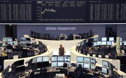 Las bolsas europeas recuperaban las pérdidas iniciales y cotizaban planas en una jornada de ajuste de libros de final de mes. En la imagen, unos operadores en la Bolsa de Fráncfort, el 329 de noviembre de 2012. REUTERS/Remote/Lizza David