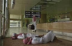 Пассажиры из Саудовской Аравии отдыхают в аэропорту в Эр-Рияде, 10 марта 2009 года. Аэропорт столицы Сирии не принимает рейсы в пятницу, сообщил представитель одной из региональных авиалиний на следующий день после того, как бой вблизи аэропорта прекратил движение по дороге, связывающей его с Дамаском. REUTERS/Fahad Shadeed