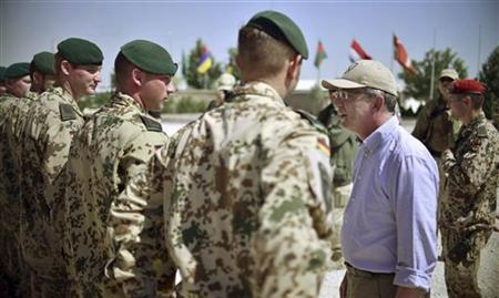 German Defence Minister Thomas de Maiziere (2nd R) talks to soldiers of the Bundeswehr, the German armed forces, in the ISAF camp in Kunduz July 3, 2012. REUTERS/Hannibal Hanschke/Pool (AFGHANISTAN - Tags: POLITICS MILITARY)