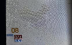 El plan de China de abordar y revisar los buques que entren ilegalmente a lo que Pekín considera su territorio en el disputado Mar del Sur de China es un giro muy serio de los acontecimientos, dijo el viernes el presidente de la Asociación de Naciones del Sudeste Asiático (ASEAN). En la imagen, una página de un pasaporte chino muestra un mapa de China que incluye un área en el Mar del Sur dentro de una línea de guiones que representa el territorio marítimo que reclama China, en Kunming, la provincia de Yunnan, el 23 de noviembre de 2012. REUTERS/Stringer
