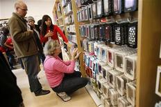 Acquirenti in un negozio di telefonia. REUTERS/Stephen Lam