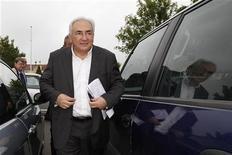 Ex-chefe do FMI Dominique Strauss-Kahn chega a seção eleitoral para votar no 2o turno das eleições presidenciais francesas, em Sarcelles, França. Strauss-Kahn vai selar um acordo para encerrar o processo civil aberto em Nova York por uma camareira que o acusa de cometer agressão sexual. 06/05/2012 REUTERS/Gonzalo Fuentes