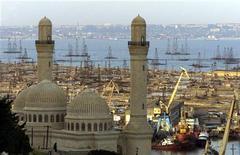 Вид на мечеть Биби-Эйбат и нефтяные вышки в Баку 20 мая 2002 года. Парламент Азербайджана принял подготовленный правительством проект бюджета на 2013 год с дефицитом 1,2 процента ВВП, который ожидается и в 2012 году. REUTERS/Shamil Zhumatov