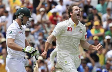 Australia's John Hastings (R) celebrates his first test wicket by dismissing South Africa's AB de Villiers (L) during the first day's play of the third cricket test match, at the WACA in Perth November 30, 2012. REUTERS/Stringer