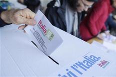 Un elettore vota alle primarie del centrosinistra il fine settimana scorso. REUTERS/Tony Gentile