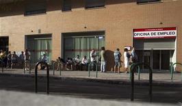 <p>File d'attente devant une agence pour l'emploi à Madrid. Le taux de chômage dans la zone euro a atteint un nouveau sommet en octobre, à 11,7%, a annoncé Eurostat vendredi, reflétant la faiblesse de l'économie de la région, qui est entrée au troisième trimestre dans sa deuxième phase de récession depuis 2009. /Photo prise le 27 juillet 2012/REUTERS/Juan Medina</p>
