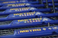 <p>Le distribteur allemand Metro va céder une partie de son activité hypermarchés en Europe de l'Est à Auchan pour une valeur d'entreprise de 1,1 milliard d'euros, une cession qui rentre dans le cadre de la stratégie du groupe de se recentrer sur ses coeurs de métier. /Photo prise le 23 mai 2012/REUTERS/Wolfgang Rattay</p>