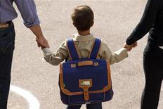 <p>Tous les enfants seront sensibilisés à l'égalité entre les sexes de la maternelle au primaire en 2014, a annoncé vendredi le gouvernement, qui dit voir dans le changement des mentalités une nouvelle étape de la lutte pour l'égalité hommes-femmes. /Photo d'archives/REUTERS/Charles Platiau</p>